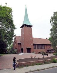 Auferstehungskirche Hamburg Marmstorf - Kirchturm und Kirchenschiff. Die Auferstehungkirche wurde 1958 fertig gestellt; Architekten Schmidt + Kraut