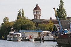 Billbrookdeich - Schiffe am Ufer der Bille - Turm der Commentzwerke. Sportboothafen.