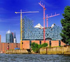 Blick vom Reiherstieg über die Norderelbe zur Baustelle der Hamburger Albphilharmonie in der Hafencity.