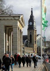 Eingang der Hamburger Kunsthalle - im HIntergrund das Gebäude des Hamburger Hauptbahnhofs.