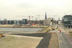 Blick in die Strasse Grosser Grasbrook; lks. das Hafenbecken des Grasbrookhafens und das Areal der zukünftigen Marco Polo Terrassen (2005)