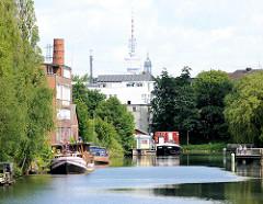 Blick in den Veringkanal von Hamburg Wilhelmsburg - im Hintergrund die Spitze des Kirchturms St. Michaelis und der Hamburger Fernsehturm.