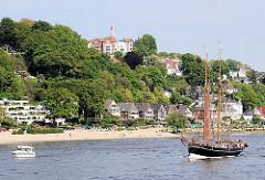 Elbe mit Segelschiff und Motorboot vor Hamburg Blankenese - Fotos aus den Hamburger Stadtteilen.