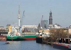 Blick auf den Reiherstieg - frisch gestrichenes Frachtschiff an der Werft - Michel und Telemichel im Hintergrund.
