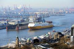Landungsbrücken Hamburg St. Pauli - die denkmalgeschützten Gebäude am Hafenrand werden restauriert - ein RoRo-Frachtschiff läuft in den Hamburger Hafen ein.