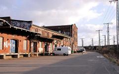 Historische Bahngebäude des alten Hauptgüterbahnhofs am Oberhafen - im Hintergrund die Pfeilerbahnanlage an der Versmannstrasse. (2007)