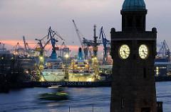Abendszene im Hamburger Hafen, beleuchtete eingedockte Kreuzfahrtschiffe  AMADEA + ALBATROS.