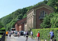 Maschinenhaus der historischen Altonaer Wasserwerke, Falkensteiner Ufer; FahrradfahrerInnen Bus der öffentlichen Verkehrsmittel in Hamburg Blankensese.