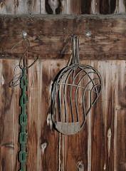 Hofladen im Spadenland - Kartoffelschaufel hängt an einer Holzwand.