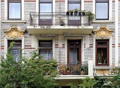 Balkone, Fenster mit Stuckelementen