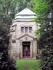Mausoleum zwischen Bäumen, Parkfriedhof Hamburg Ohlsdorf.