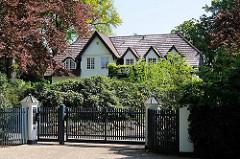 Landhaus in den Hamburger Vororten - Architekturfotos aus Hamburg Osdorf, Bezirk Altona.