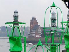 grüne Fahrwassertonnen Signaltonnen - Hamburg Finkenwerder, Lotsenhaus.