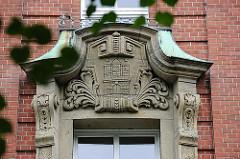 Wappen der Hansestadt Hamburg über dem Eingang eines alten Schulgebäude Hamburg St. Paulis.