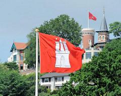 Hamburg Flagge am Ufer der Elbe - Fähranleger Blankenese - Turm mit Fahne auf dem Süllberg