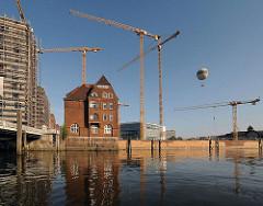 Baukräne in der Hamburger Hafencity - Baustelle an der Ericusbrücke.