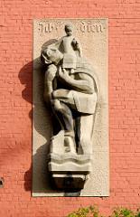 Wandrelief - Skulptur, Inschrift ICH DIEN.  Bilder aus den Hamburger Stadteilen - Fotos aus Barmbek Süd.