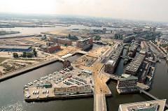 Luftaufnahme des südwestlichen Areals der Hafencity - im Vordergrund die Ericusspitze mit der Tankstelle und Stellplätzen für Wohnmobile. (2006)