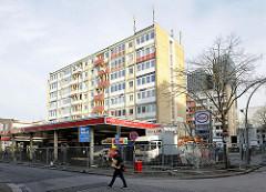 Essotankstelle Reeperbahn - Essohäuser, Hochhäuser am Spielbudenplatz im HH Sankt Pauli kurz nach der Zwangsräumung wg. Einsturzgefahrt 2013 - das Areal ist mit Bauzäunen abgesperrt - Umzugswagen stehen vor dem Haus..
