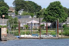 Altes Kurhaus bei Hamburg Blankenese / Nienstedten - im Vordergrund ein Sportboothafen - Segelboote und Motorboote liegen am Schlengel.