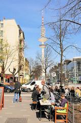 Frühlingssonne in Hamburg St. Pauli - Strassencafé an der Karolinenstrasse; Fernsehturm im Hintergrund.