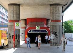 Eingang S-Bahnhof Hamburg Hammerbrook - Säulen / Stelzen der S-Bahnstrecke.