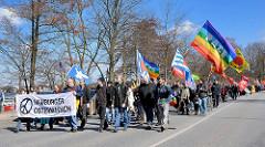 Demonstration Ostermarsch Hamburg an der Aussenalster - Transparent und Fahnen - Demonstranten für den Frieden.