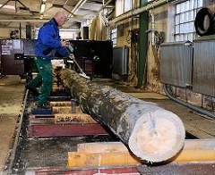 Absuchen der alten Baumstämme / Dalben mit einem Detektor nach Nägeln etc. die das Sägeblatt beschädigigen könnten. Arbeiten für den Bau des Gemüse-Ewers in HH-Bergedorf.