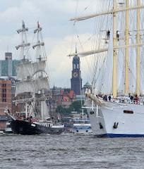 Segel-Kreuzfahrtschiff Star Flyer bei der Auslaufparade des Hamburger Hafengeburtstages.