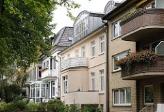 Moderne und historische Architektur in der Heimfelder Strasse - Balkone in unterschiedlichen Stilrichtung.