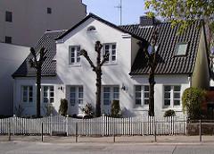 Bleicherhaus in Hamburg Winterhude - beschnittene Kopflinden im Vorgarten.
