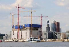 Blick über die Norderelbe zur Baustelle der Elbphilharmonie - rechts der Büroturm am Kehrwieder, dahinter der Turm der St. Michaeliskirche, dem Hamburger Wahrzeichen. (2009)