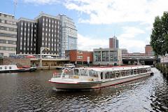 Fleetrundfahrt auf den Hamburger Kanälen - Alsterschiff bei der Schaartorschleuse in der Hamburger Neustadt.