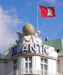 Hotel Atlantic - Luxushotel in HH-St. Georg; Hamburg Fahne im Wind auf dem Dach des 1909 eröffneten traditionsreichen Nobel Hotels.