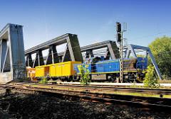 Eisenbahnbrücke über die Süderelbe bei Hamburg Wilhelmsburg - ein Güterzug fährt Richtung Hamburg.