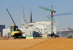 Baustelle in der Hamburger Hafencity - Planierraupe / Baukräne; im Hintergrund Spiegelverlagsgebäude Ericusspitze / Fernsehturm.