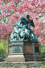 Kiegerdenkmal an der Fontenay - sterbender Soldat auf seinem Pferd - Engel mit Flügeln unter den blühenden Kirschbäumen.
