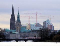 Blick über die Aussenalster zu den Lombardsbrücken und dem Hamburger Rathaus.