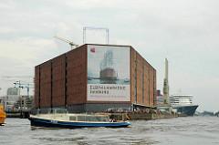 Kaispeicher A - Kaiserhöft (2006) - Elbphilharmonie Hamburg - Hamburg baut ein Wahrzeichen - im Hintergrund die Queen Mary am Kreuzfahrtterminal - Schaulustige Menschen vor dem Speichergebäude.