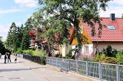 Wohnstrasse mit Einzelhäusern - Bilder aus dem Hamburger Stadtteil Steilshoop.