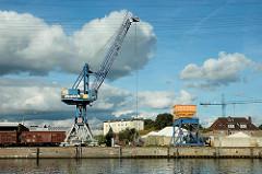 Blick zum Lotsekai im Harburger Binnenhafen - Güterwaggons und Mulchkran am Lotsekai - im Hintergrund das Harburger Schloss. (2005)