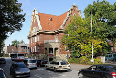 Ehemaliges Stellinger Rathaus am Basselweg - erbaut 1912 - jetzt Sitz des Ortsamtes; Autoverkehr.
