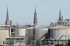 Tankanlagen einer Raffinerie im Hamburger Stadtteil Kleiner Grasbook - Kirchtürme in der Hamburger City.