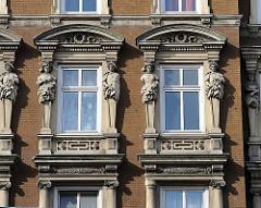 Gründerzeitgebäude / Etagenwohnhaus in Hamburg St. Georg - Figuren und Stuck schmücken die Hausfassade.