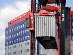 Container am Container Carrier - Verwaltungsgebäude der HHLA Tollerort Terminal.