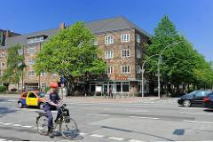 Hamburger historische Architektur - Backsteinwohnblock an der Stresemannstrasse in Hamburg Bahrenfeld, Bezirk Altona; Strassenverkehr, Radfahrer.