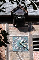 Fachwerkturm mit Ziegelfüllung Alte Rahlstedter Kirche - Turmuhr mit Glocke.