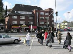 Fussgänger überqueren einen Fussgängerüberweg am Lokstedter Siemersplatz.