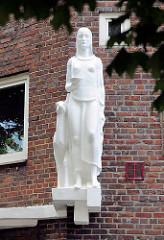 Figur / Skulptur Frau mit Reh an einem Wohngebäude in Hamburg Hamm.