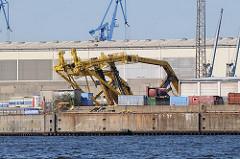 Gesprengter Hafenkran im Hamburger Hafen - Blick über den Ellerholzhafen zum Kronprinzenkai des Kaiser Wilhelm Hafens in Hamburg Steinwerder.